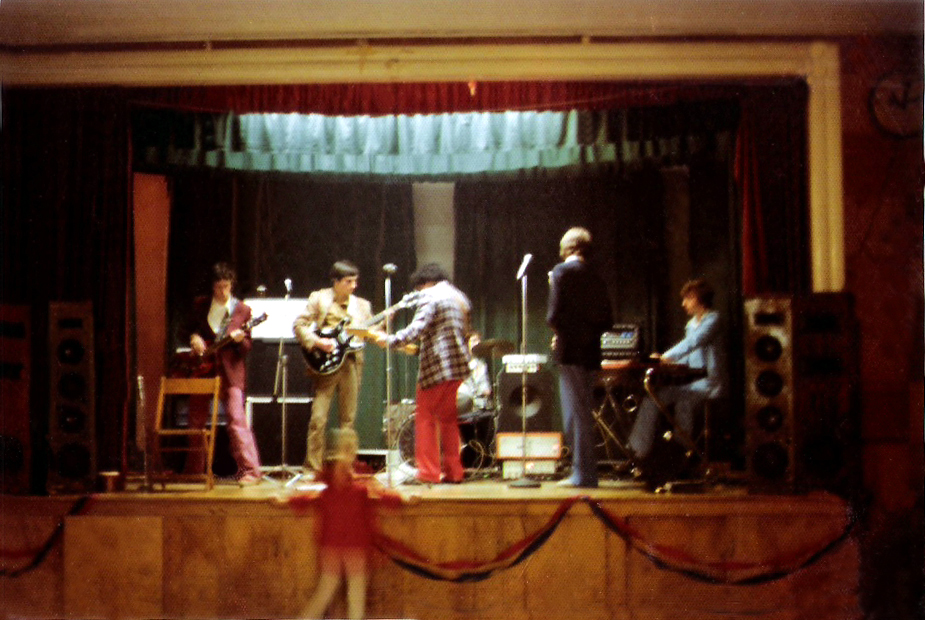 Live at the Wedding 11.06.1976 (3) our new fan at the front of the stage